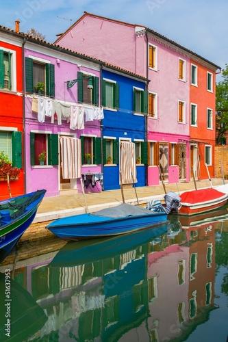 kolorowi-domy-w-ulicie-w-burano-wyspie