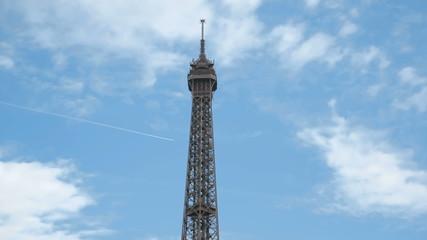 Вершина Эйфелевой башни на фоне голубого неба