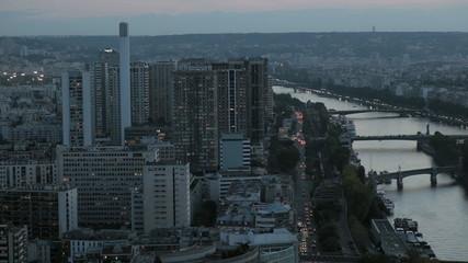 Высотные здания Парижа и река Сена на закате