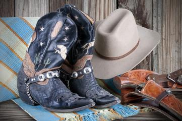 Pistolet, bottes et chapeau.