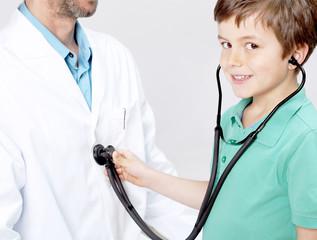 Kind untersucht Arzt
