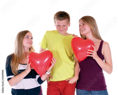 Zwei Mädchen schwärmen für einen Jungen