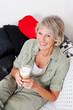 lächelnde seniorin trinkt cappuccino
