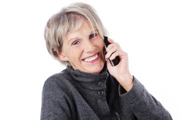 lachende seniorin telefoniert