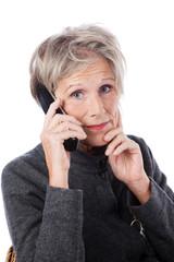 besorgte seniorin am telefon