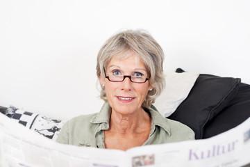 seniorin liest die tageszeitung