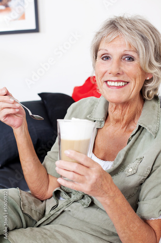 seniorin mit latte macchiato