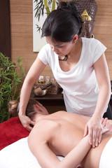 Frau bei der Thai-Massage