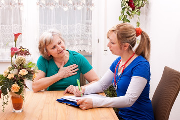 Ärztin und Seniorin führen ein Gespräch