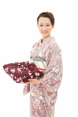 ふろしき包と着物女性