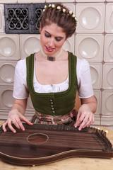 Junges Bayerisches Mädchen beim Zither spielen