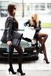 Models posieren mit Auto