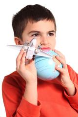 bambino gioca con mappamondo e aereo