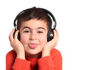 bambino ascolta musica e fa la linguaccia