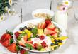 Gesunde Ernährung: Früchte und Milchprodukte