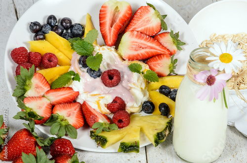 Gesunder Start in den Tag mit Milchprodukten und Früchten