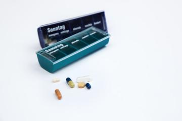 Tabletten und Pillendose