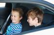zwei jungen sitzen im auto