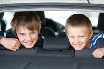 zwei jungen im auto