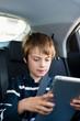 autofahrt mit tablet