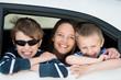 mutter und kinder schauen aus autofenster