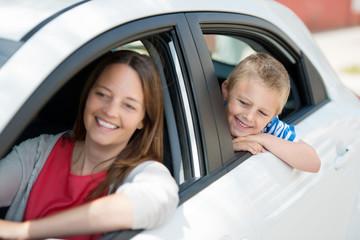 mutter und kind warten im auto