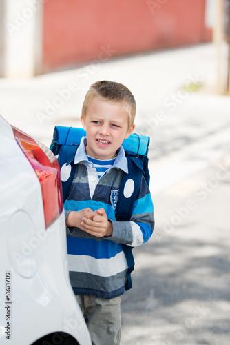 kleiner junge auf dem weg zur schule