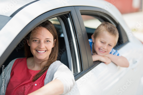 mutter und sohn warten im auto