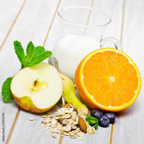 Müsli, Obst und Milch