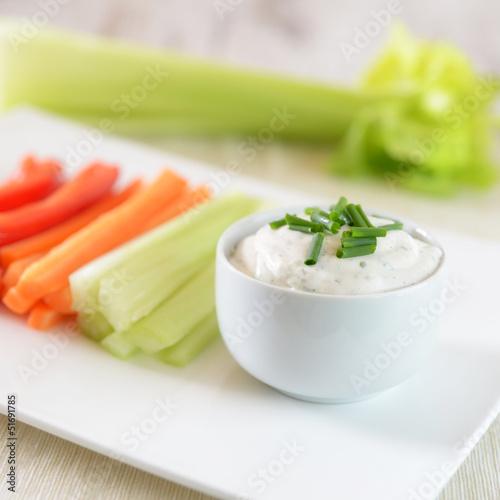 Tofuquark mit geschnittenem rohen Gemüse