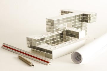 Maqueta y planos de proyecto de arquitectura.