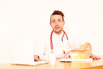 junger HNO Arzt