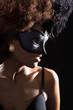 Hübsche Afrikanerin blickt seitlich mit Maske