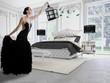 frau im schwarzem couture kleid in einem classic raum