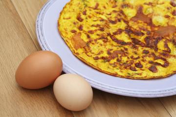 frittata con uova su piatto