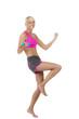 Blonde Frau trainiert barfuß mit einer blauen Hantel