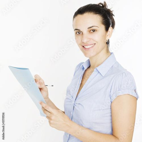 Frau schreibt auf einen Notizblock