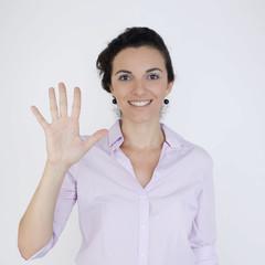 Geschäftsfrau zeigt mit fünf Fingern die Zahl 5 an