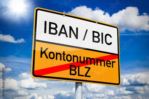 Ortseingangsschild mit IBAN/BIC und BLZ