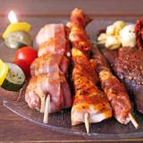 verschiedene fleischspiessen und gemüse zum grillen