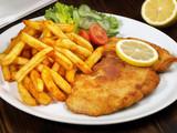 Fototapety Paniertes Schnitzel mit Pommes Frites
