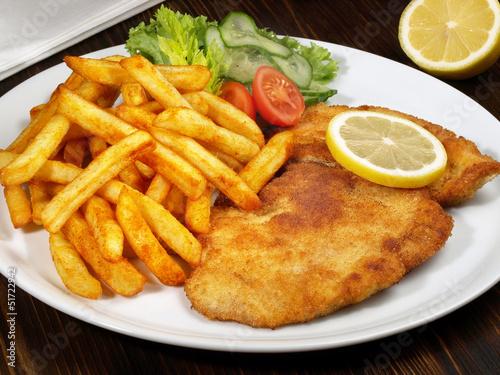 Paniertes Schnitzel mit Pommes Frites - 51722942
