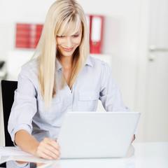moderne junge frau arbeitet am laptop