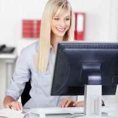 freundliche mitarbeiterin am computer