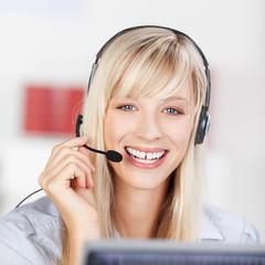 freundliche mitarbeiterin telefoniert mit headset