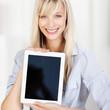 lächelnde frau zeigt information am tablet