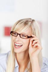 lachende frau mit brille