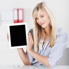 frau zeigt information am tablet