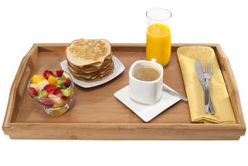 Desayuno en bandeja cafe con leche y crepes
