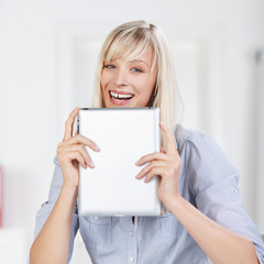 lachende frau mit tablet